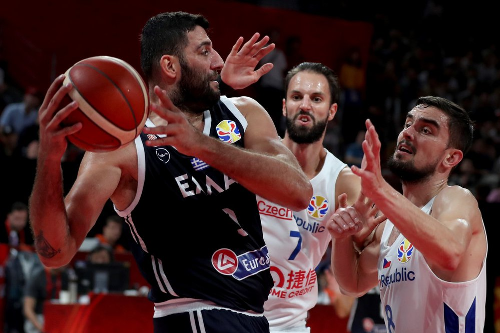 Vojtěch Hruban a Tomáš Satoranský se snaží zastavit řeckého protivníka v utkání osmifinálové skupiny na mistrovství světa