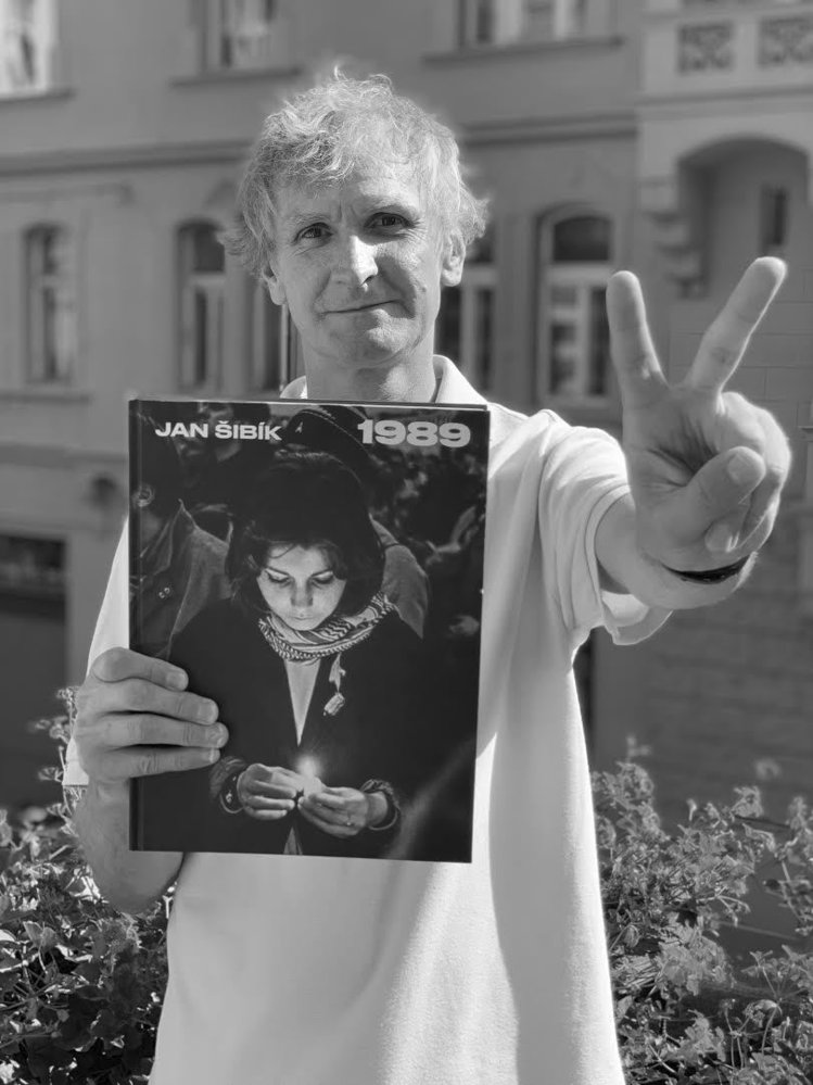 Jan Šibík s knihou svých fotografií z roku 1989