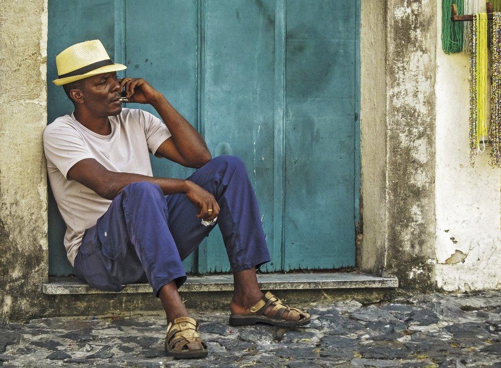 Salvadorec odpočívající vestínu během siesty. Jeden zpotomků nedávné koloniální éry.