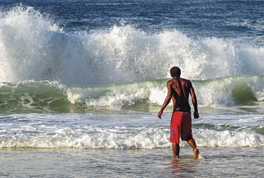 """Pegar jacaré nebo """"chytat aligátora"""" je zdejší způsob surfování vln na hrudníku, tedy bez prkna. Vlna vás doveze až na břeh."""