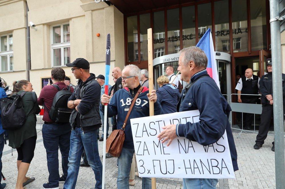 Před radnicí Prahy 6 se 12. září sešli zastánci Koněvova odkazu.