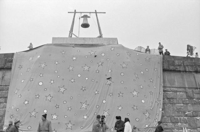 Na bývalém pomníku Stalina se při listopadové demonstraci v roce 1989 zvonilo na odchod zvonem.