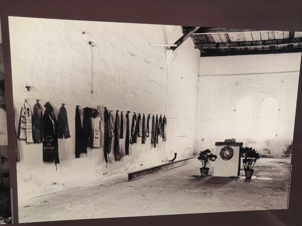 Pietní úprava popravčí místnosti v 50. letech s kamenným podstavcem na místě gilotiny.
