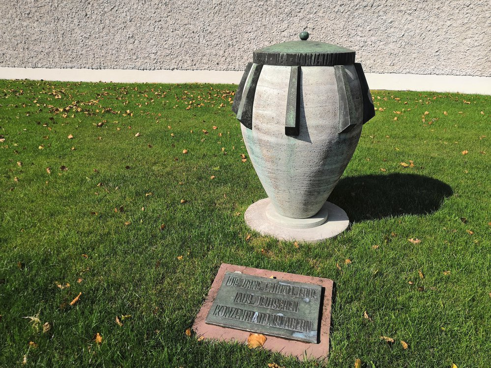 Kamenná urna s půdou z koncentračních táborů.