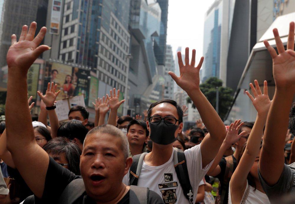 Policie tvrdě zasáhla proti demonstrantům v Hongkongu. Použila i pepřový sprej.