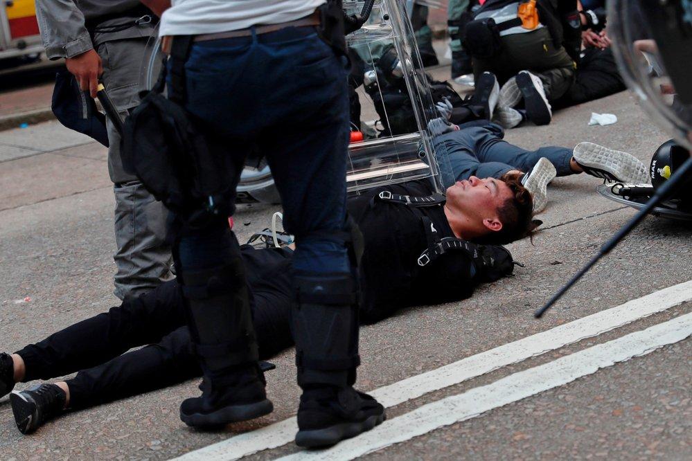 Hongkongská policie zasáhla slzným plynem i vodním dělem (29. 9. 2019)
