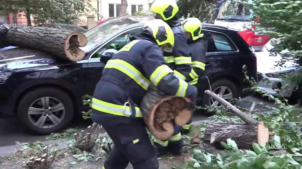 Hasiči zasahovali 30. září 2019 v Ovenecké ulici v Praze, na auto tam vlivem silného větru spadl strom.