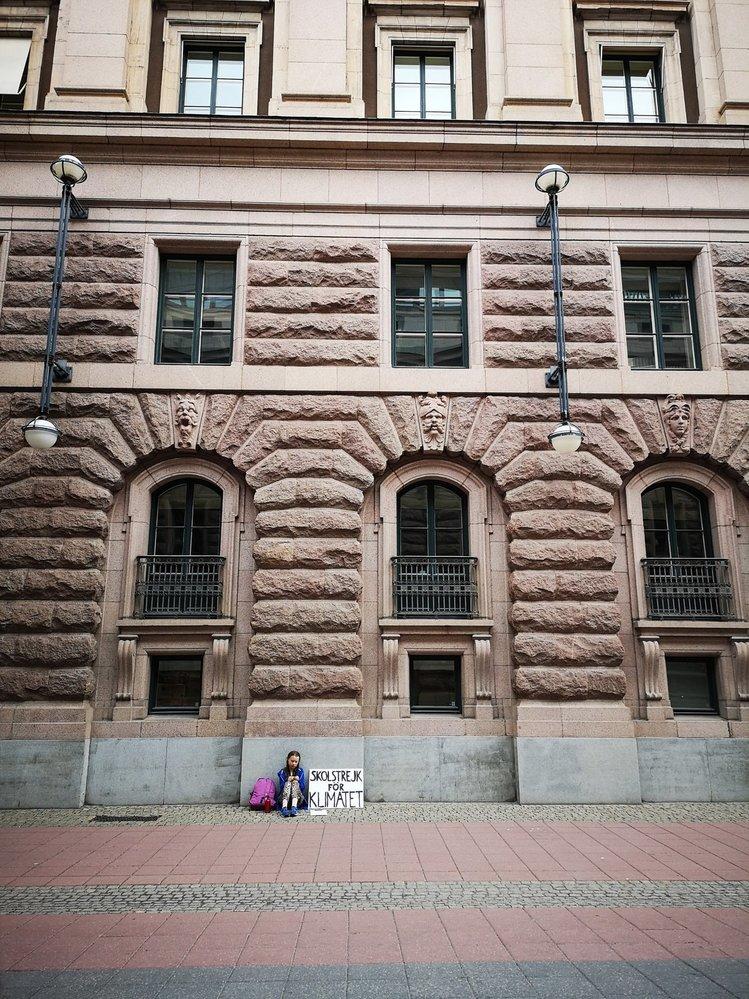 Tuto vůbec první fotografii školačky, která tiše sedí před parlamentem, zveřejnil twitterový účet společnosti We don´t have time.