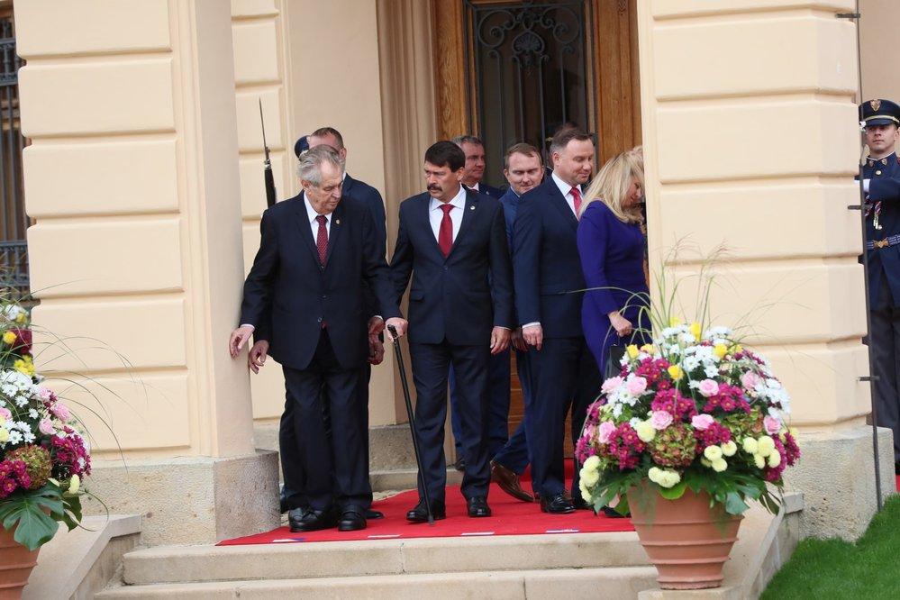 Zleva český prezident Miloš Zeman, prezident Maďarska János Áder, prezident Polska Andrzej Duda a slovenská hlava státu Zuzana Čaputová na summitu V4 na zámku v Lánech.