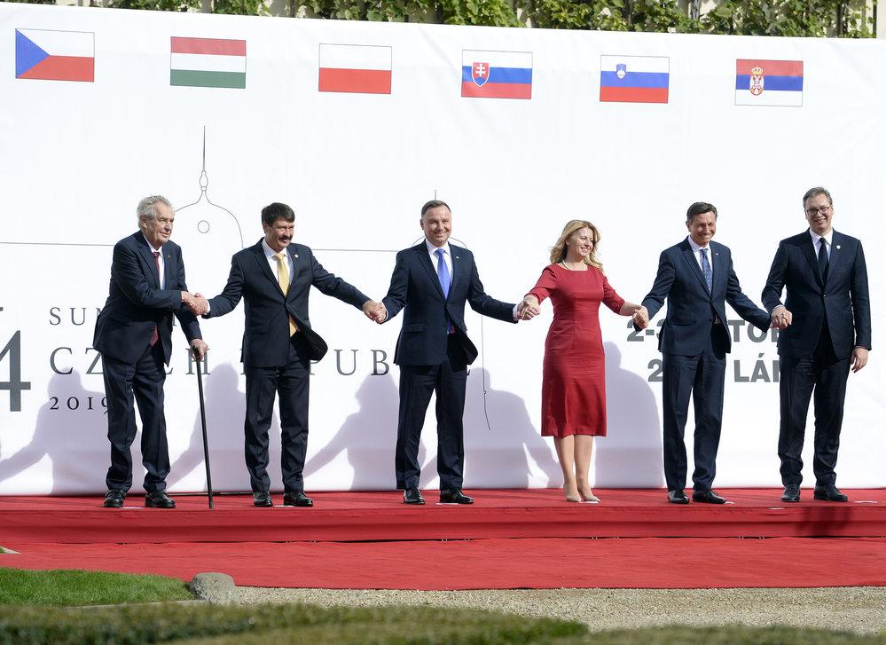 Summit V4 v Lánech: Miloš Zeman, János Ader, Andrzej Duda, Zuzana Čaputová, Borut Pahor a Aleksandar Vučič.