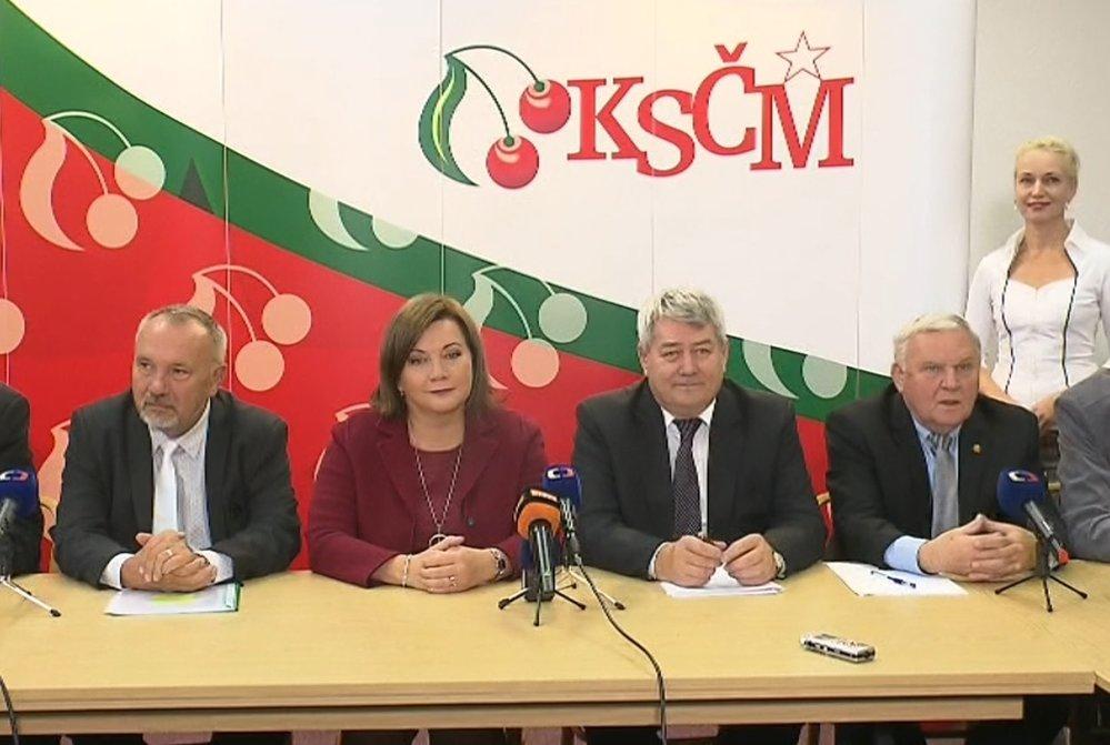 Komunistům narůstá hřebínek, vládu drží v šachu. Na snímku vedení KSČM s ministryní financí Schillerovou z ANO.