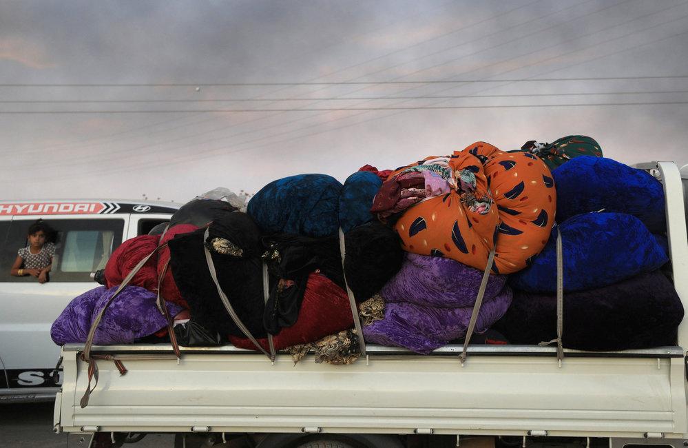 Lidé prchají z kurdského Ras al-Ajn
