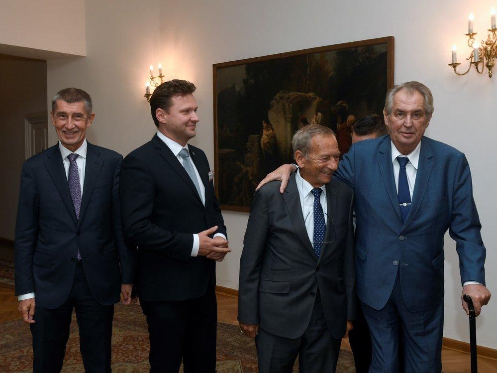 Zleva premiér Andrej Babiš (ANO), předseda Poslanecké sněmovny Radek Vondráček (ANO), předseda Senátu ČR Jaroslav Kubera (ODS) a prezident Miloš Zeman