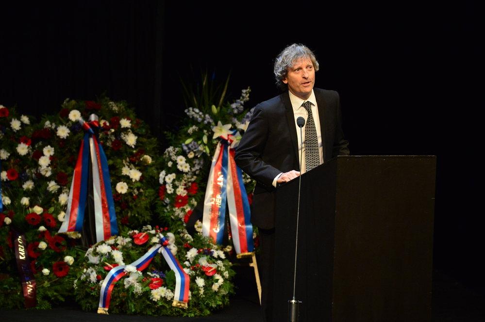 David Prachař na pohřbu Vlasty Chramostové