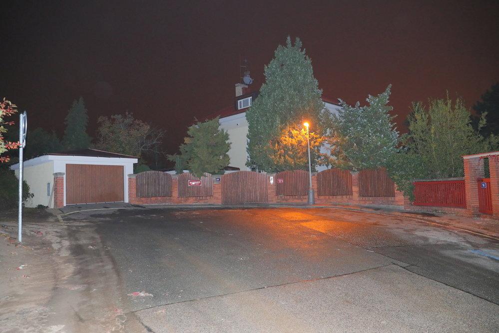 Úklid svíček před Bertramkou začal pod přísným dohledem policie po půlnoci. Ráno byla ulice před vilou Karla Gotta uklizena, jen místy zůstaly zbytky vosku.