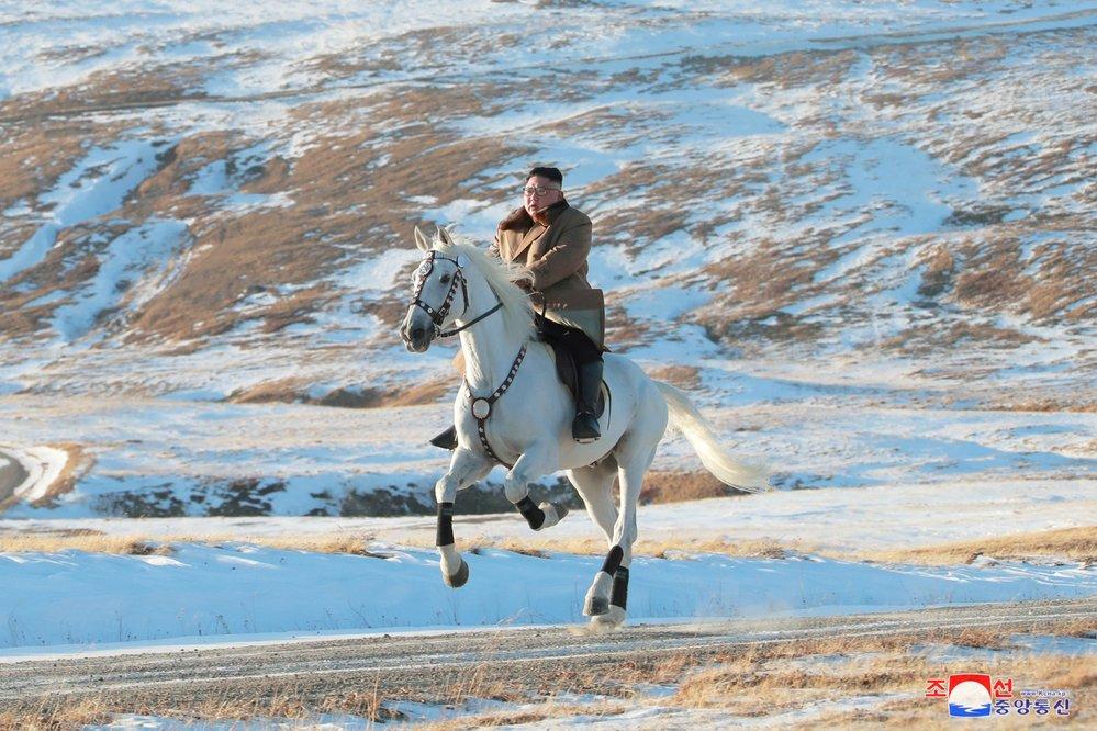 Kim Čong-Un na koni. Podle analytiků Kimova symbolická cesta podtrhuje odhodlání KLDR vzepřít se přetrvávajícím sankcím.
