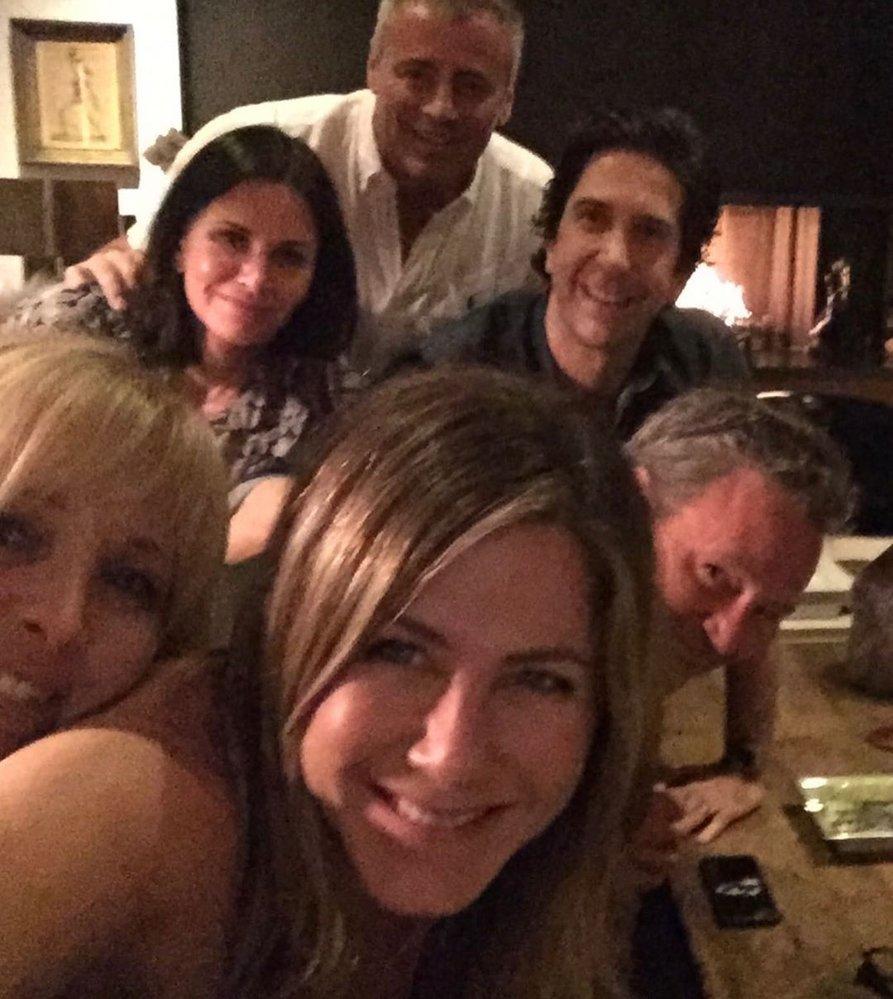 Šestice se prý sešla u Moniky, totiž Courteney Coxové, na večeři..  Nahoře Courteney Coxová (55), Matt LeBlanc (52), David Schwimmer (52) Dole Lisa Kudrowová (56), Jennifer Anistonová (50), Matthew Perry (50)