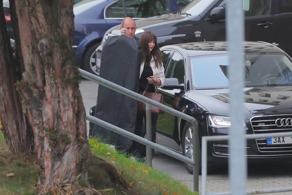 Dcera prezidenta Kateřina Zemanová přichází do nemocnice, kde leží Miloš Zeman (20. 10. 2019).