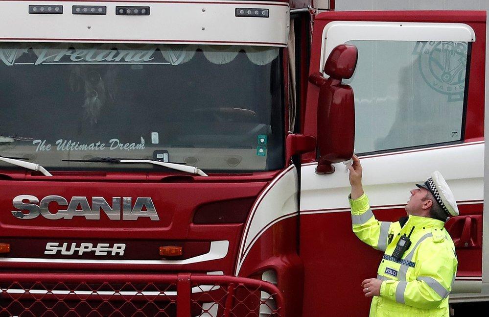 Policie našla na jihovýchodě Anglie v kamionu 39 mrtvých (23. 10. 2019)