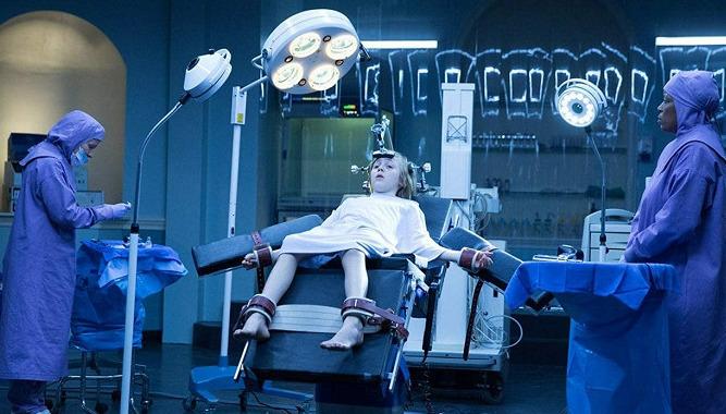 Eli – Podivuhodně vypointovaný horor vypráví příběh nemocného chlapce, kterému rodiče zaplatí léčbu v experimentální léčebně.