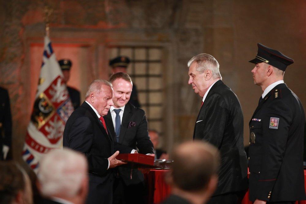 Prezident Miloš Zeman udělil Řád Bílého lva Rudolfu Schusterovi (28. 10. 2019)