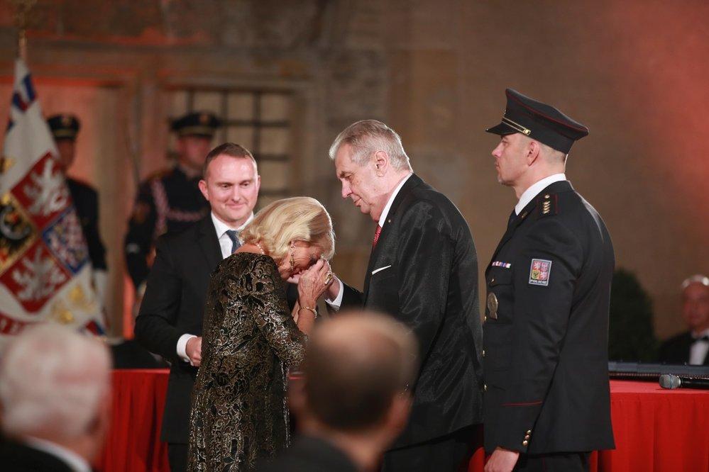 Prezident Miloš Zeman udělil Řád Bílého lva Helmutu Zilkovi (28. 10. 2019)