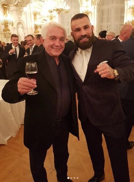 Udělování státníh vyznamenání v minulých letech: Recepce po předávání státních vyznamenání 2019: Čestný host a MMA bojovník Karlos Vémola s Jiřím Krampolem