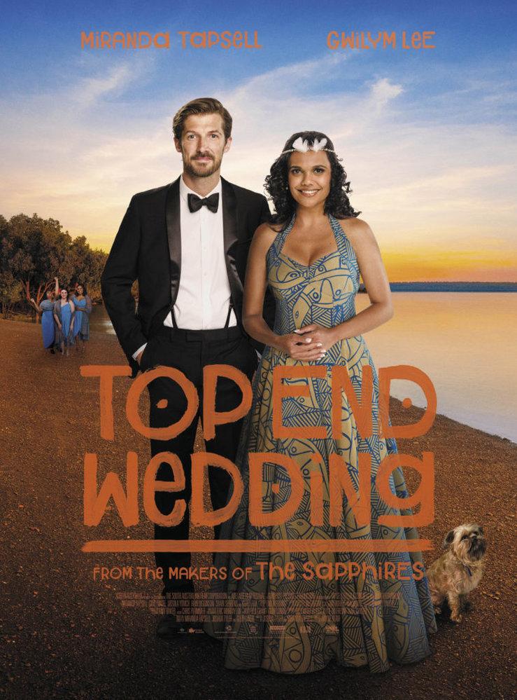 Ve SVATBĚ NA HORNÍM KONCI se mladá právnička Lauren vrací do rodného Darwinu se snoubencem Nedem, aby zde uskutečnili svatbu svých snů. Po příjezdu zjistí, že její matka zmizela...