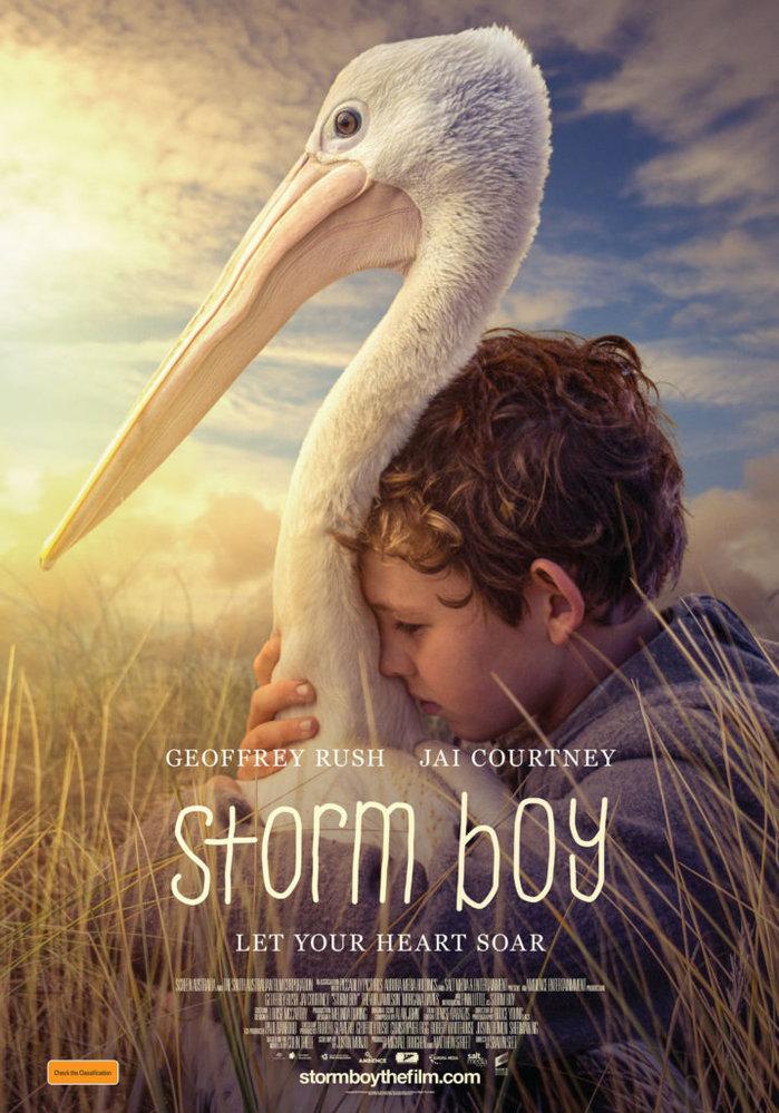 Ve snímku CHLAPEC A PELIKÁN úspěšný podnikatel v důchodu (Geoffrey Rush) vypravuje vnučce, jak jako chlapec žil sám s otcem na opuštěném pobřeží a zachránil tam osiřelého pelikána... Snímek o síle přátelství byl natočen v národním parku Coorong.