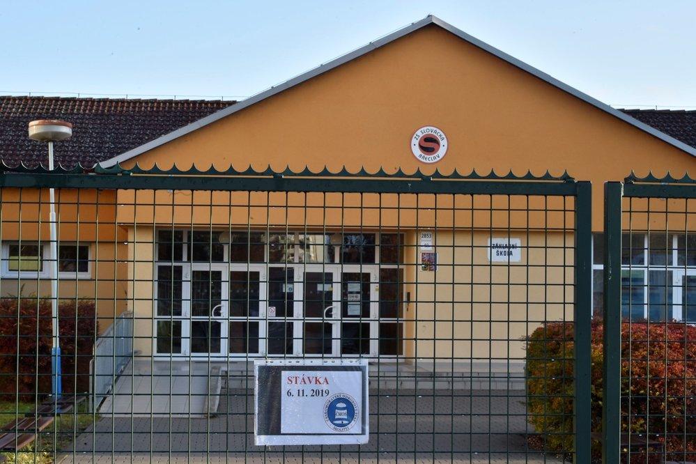Stávka učitelů: Informace o stávce na bráně Základní školy Břeclav Slovácká v Břeclavi (6. 11. 2019)