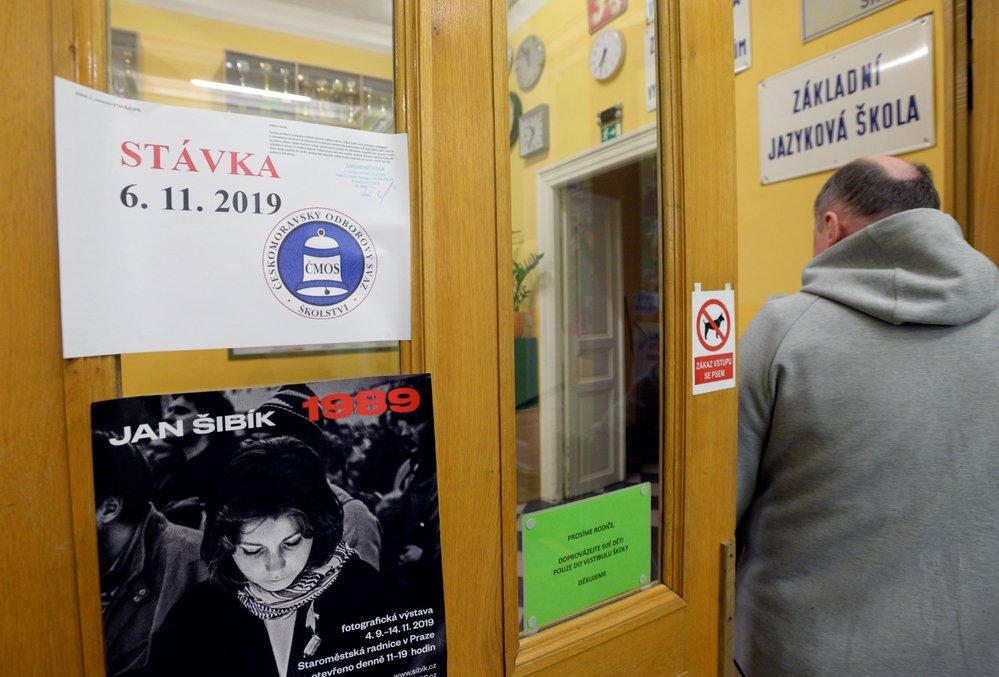 Stávka učitelů: Informace o stávce u vchodu ZŠ Kladská v Praze (6. 11. 2019)