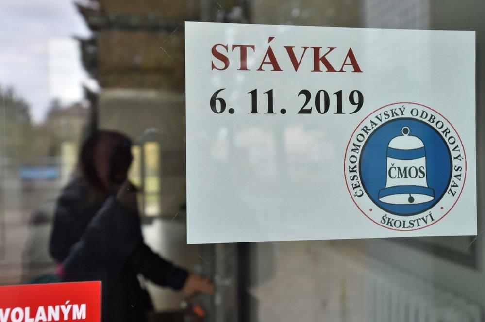 Stávka učitelů: Informace o stávce u vchodu ZŠ Nad Parkem v Praze-Zbraslavi (6. 11. 2019)