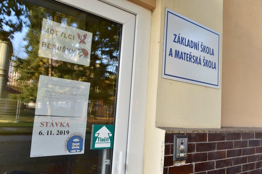 Stávka učitelů: Informace o stávce u vchodu Základní školy Kupkova v Břeclavi (6. 11. 2019)
