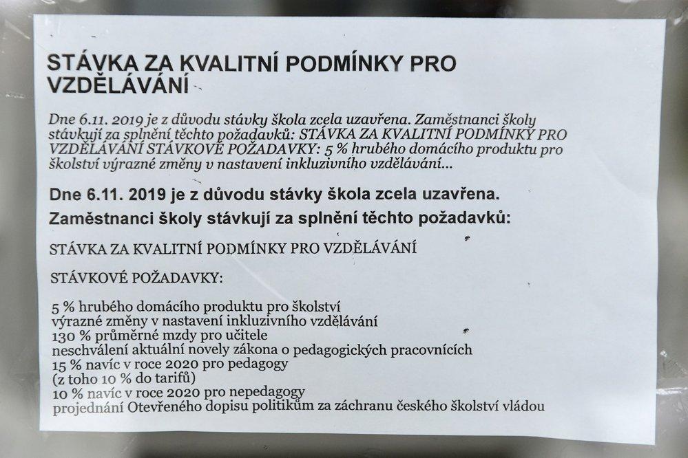 Stávka učitelů: Informace o stávce u vchodu 34. základní školy v Gerské ulici v Plzni (6. 11. 2019)