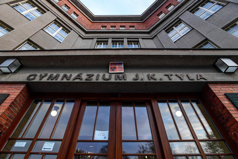 Stávka učitelů: Na Gymnáziu J. K. Tyla v Hradci Králové podpořilo 6. listopadu 2019 školní stávku několik učitelů. Provoz gymnázia byl pouze omezen (6. 11. 2019)