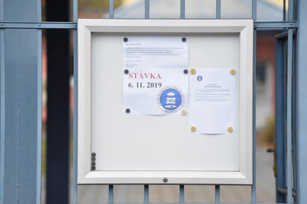 Stávka učitelů: Informace o stávce u vchodu Základní a mateřské školy v Bohumíně (6. 11. 2019)