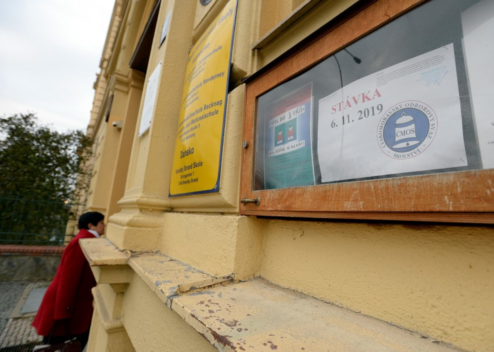 Informace o stávce u vchodu ZŠ Kladská v Praze, která se 6. listopadu 2019 připojila k protestu učitelů. Ti jsou nespokojeni s výsledky vyjednávání o růstu svých platů.