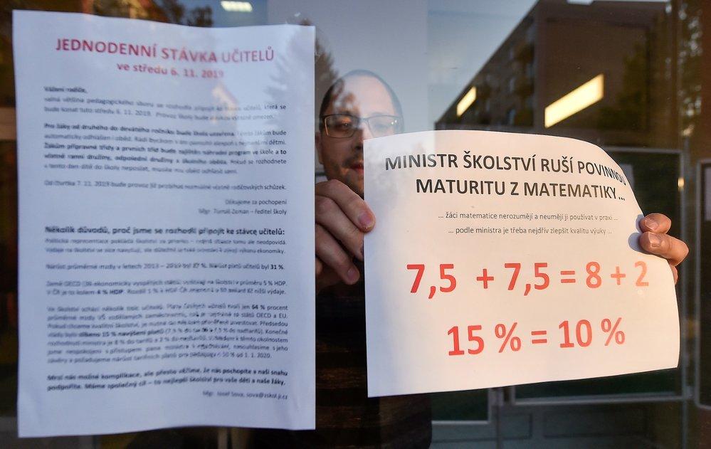 Stávka učitelů: Koordinátor stávky Josef Sova vyvěšuje informace o stávce u vchodu Základní školy Kollárova v Jihlavě, která se 6. listopadu 2019 připojila k protestu učitelů (6. 11. 2019)