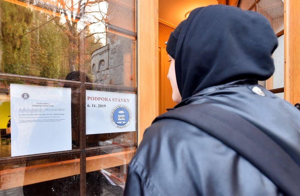 Stávka učitelů: Student si čte informace o stávce u vchodu Střední uměleckoprůmyslové školy Jihlava-Helenín (6. 11. 2019)