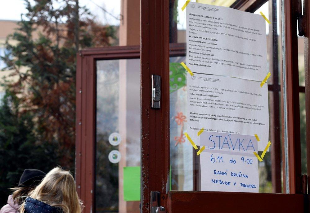 Stávka učitelů: Informace o stávce u vchodu Základní školy Petřiny v Praze, která se 6. listopadu 2019 připojila k protestu učitelů na jednu hodinu (6. 11. 2019)
