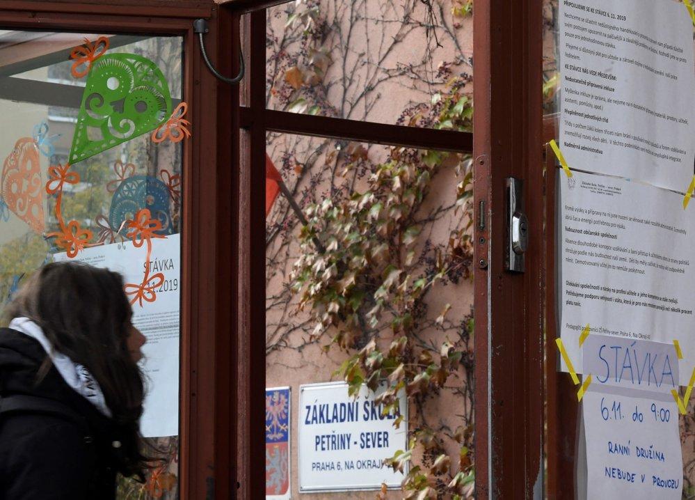 Stávka učitelů: Základní škola Petřiny v Praze se 6. listopadu 2019 připojila k protestu učitelů na jednu hodinu (6. 11. 2019)