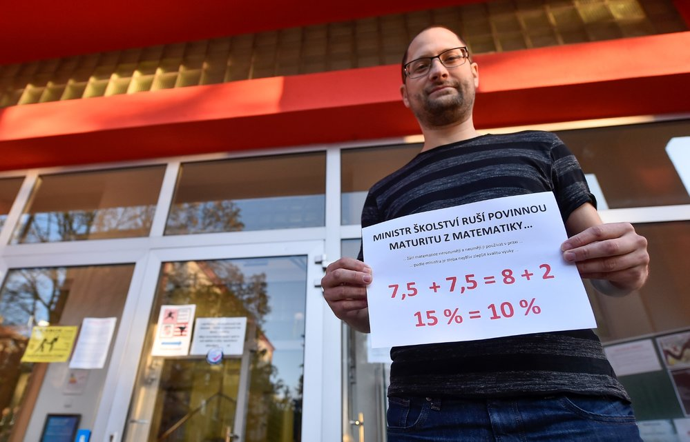 Stávka učitelů: Koordinátor stávky Josef Sova s informací o stávce před vchodem Základní školy Kollárova v Jihlavě (6. 11. 2019)
