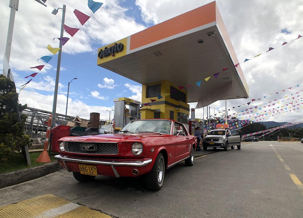 Stejně jako u nás je v Kolumbii tím nejlevnějším místem, kde koupit pohonné hmoty, supermarket.