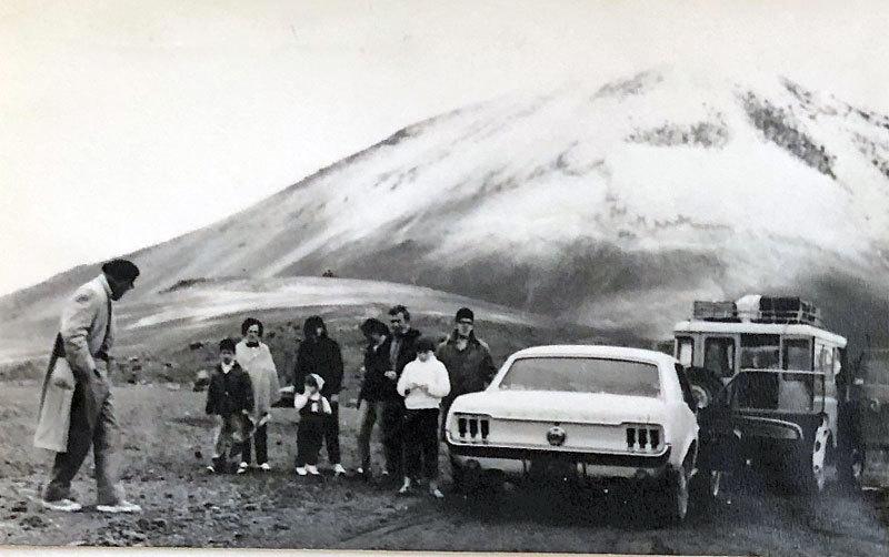 Ford Mustang na historické fotografii.