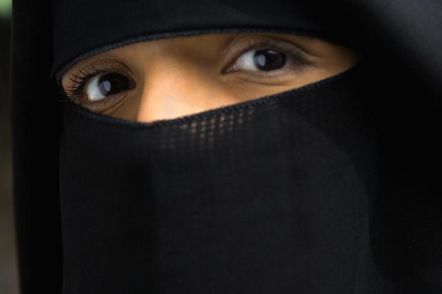 Mělo by se zahalování muslimek v evropských státech zakázat?
