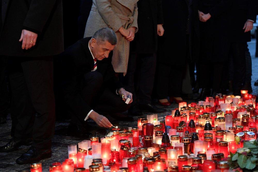 Premiér Andrej Babiš položil 17. listopadu 2019 kytici na Národní třídě v Praze při příležitosti 30. výročí sametové revoluce.