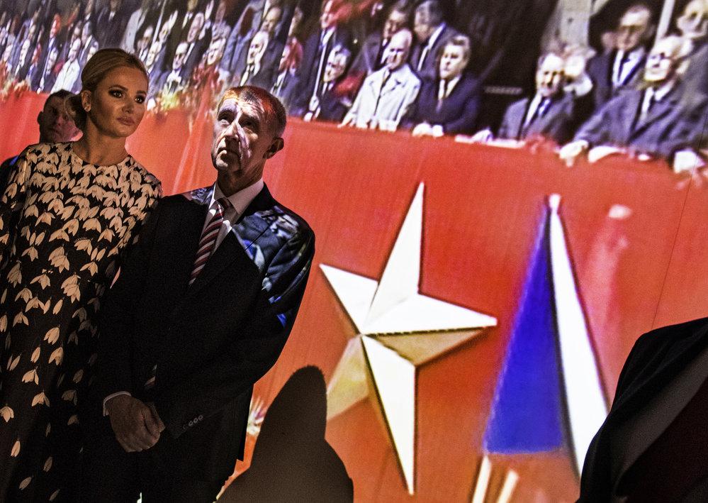 Premiér Babiš s manželkou Monikou u expozice v Národním muzeu.