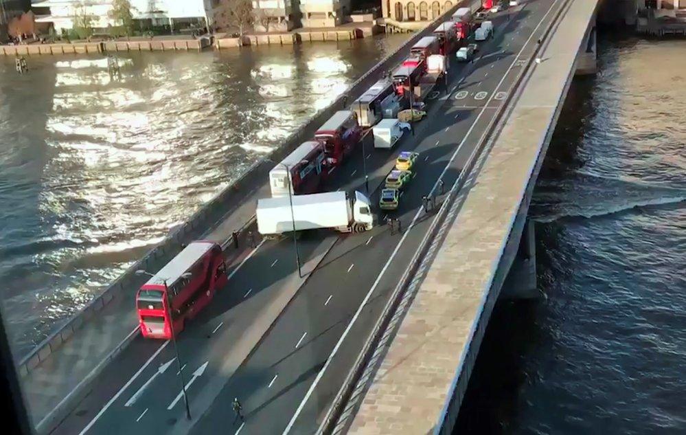 Na mostě v Londýně útočil terorista, policie ho zastřelila.