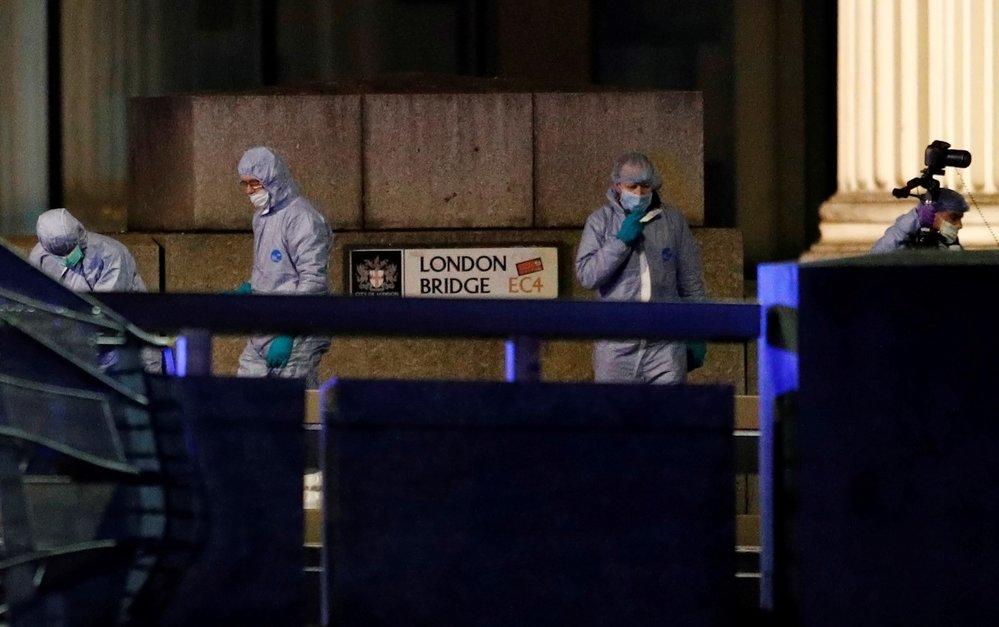 Na London Bridge pracují ještě několik hodin po útoku forenzní technici. (29.11.2019)