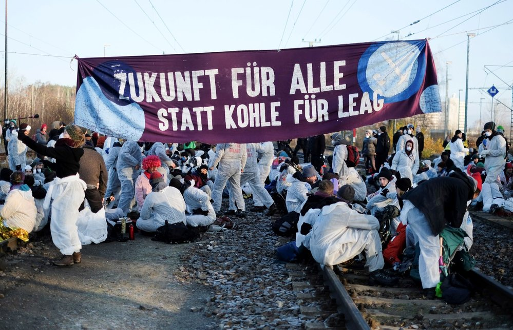 Stovky aktivistů obsadily také železniční trať spojující důl Jänschwalde s nedalekou elektrárnou